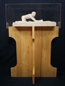 Ogni statua ha un supporto di legno come nella figura sopra